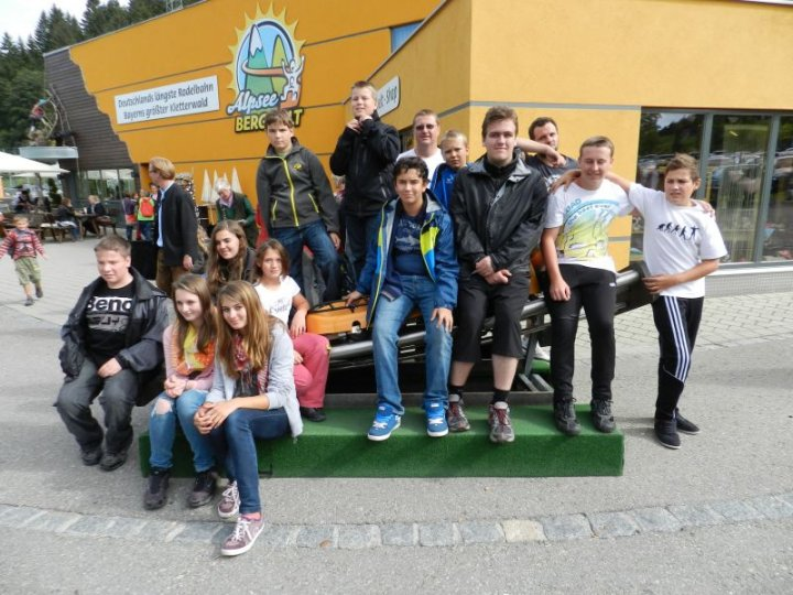 Die Teilnehmer am Jugendausflug 2012 an der Talstation Alpsee Bergwelt
